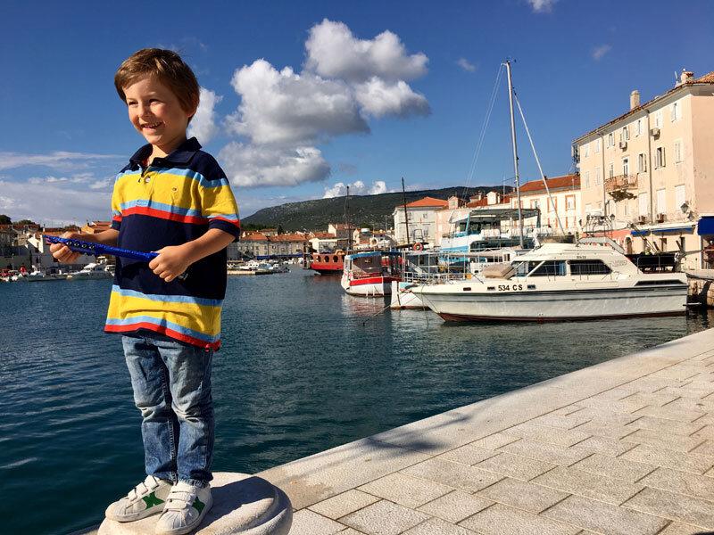 Ausflug Insel Cres, Kind am Hafen