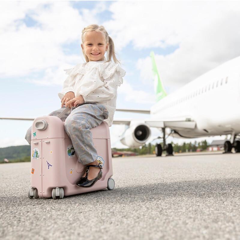 Mädchen auf dem JetKids Koffer von Stokke