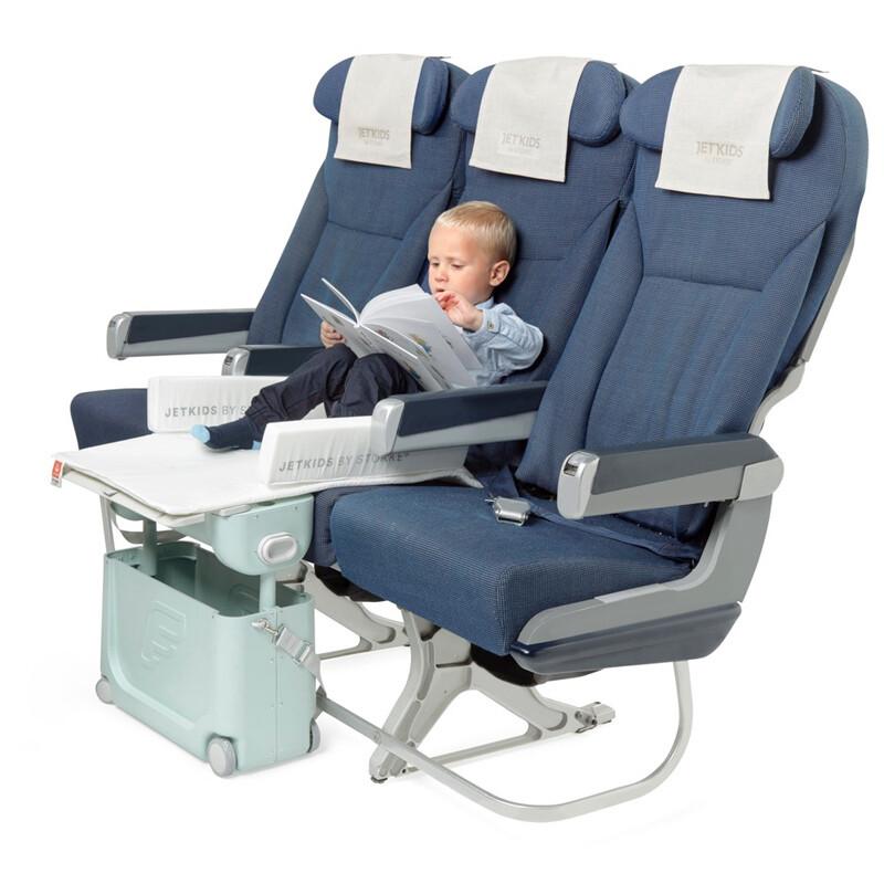Junge im Flugzeug mit dem JetKids by Stokke