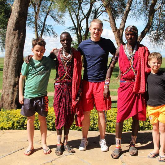 Kenia_Amboseli Ol-Tukai-Lodge--Kinder_mit_Massai Bild A.Friedlaender