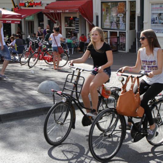 Kids auf dem Fahrrad in Amsterdam