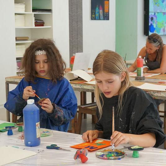 Kinderkunsthaus Kinder beim Malen
