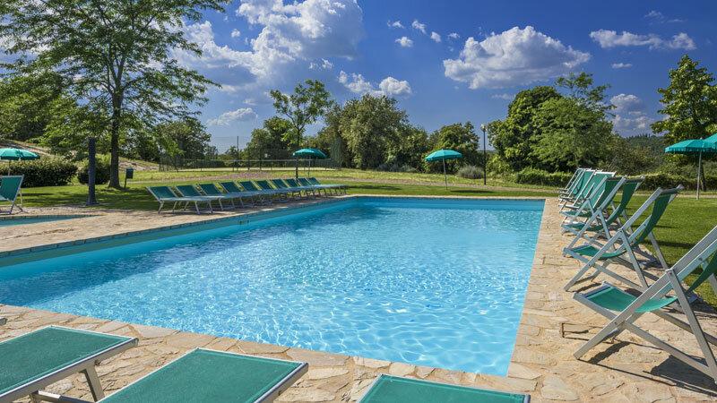 Montebuoni Pool mit Liegestühlen