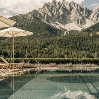 Naturhotel Leitlhof - Pool mit Blick auf die Dolomiten