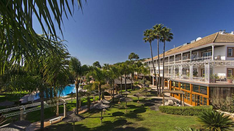 Lindner Hotel Mallorca - Garten mit Pool und Hotel