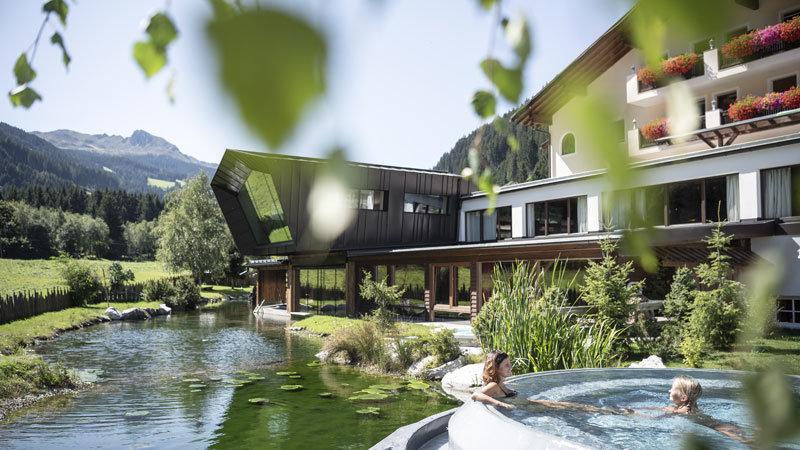 Naturbadeteich und Außenpool - @ Foto:Alphotel Tyrol