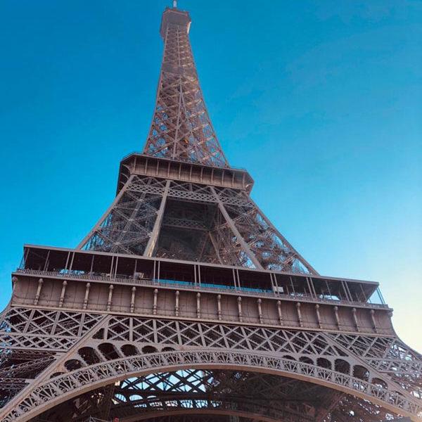 Paris - Eiffelturm mit blauem Himmel