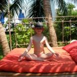 Dune Resort Indien - Lili auf dem Bett im Yogasitz