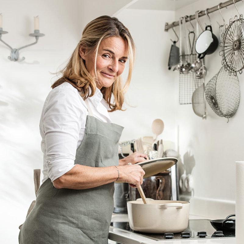Saskia van Deelen von Deeskueche.de am Herd beim Kochen