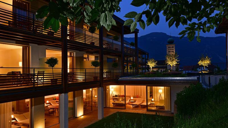 Fassade des Schwarzschmied Hotels in Lana