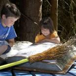 Kinder lesen im Zauberbuch am Hexenweg Fotoquelle foto-mueller