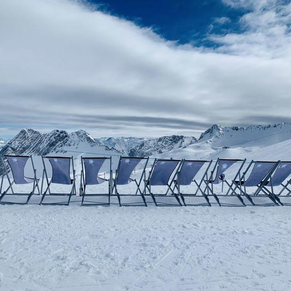 Liegestühle mit Bergpanorama Zugspitzarena @ Foto: Trips4Kids.de, Andrea Fische