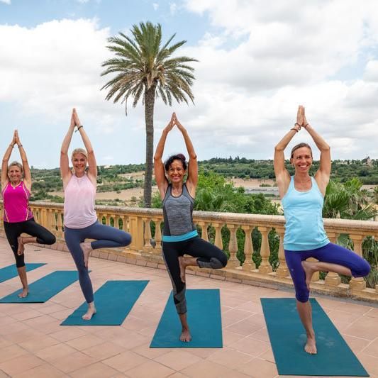 Son Manera Finca Retreat Mallorca - Yoga auf der Terrasse