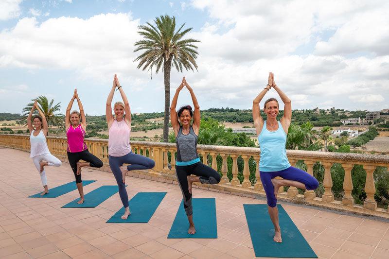 Son Manera Finca Retreat Mallorca - Yoga auf der Terrasse