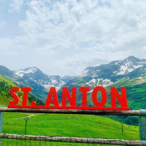 St.Anton-Schriftzug-mit-Bergkulisse © Foto: Andrea Fischer