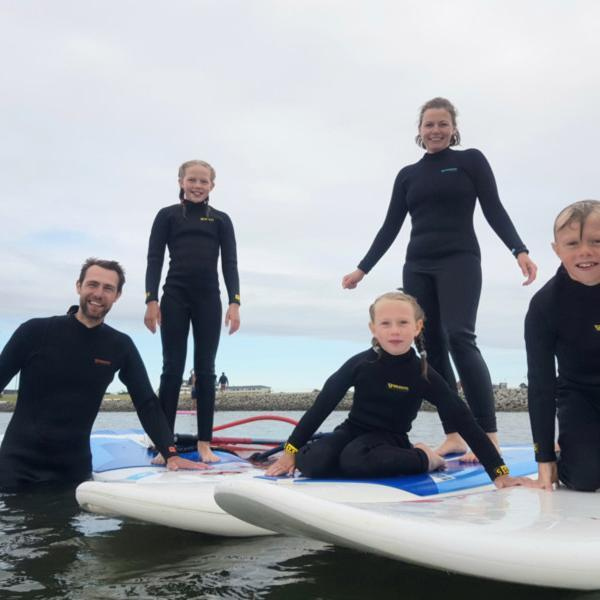 Familie in Neopren, Surfen @ Foto: Nadine Sorgenfrei