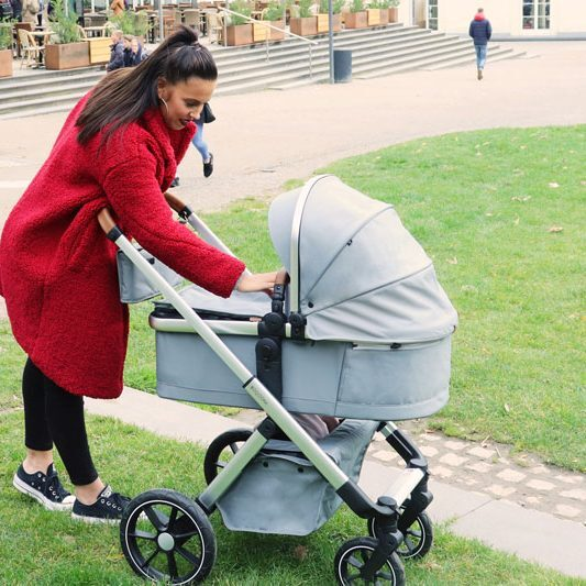Beqooni Kinderwagen mit Mutter