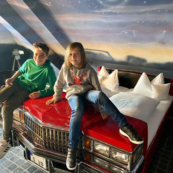 V8-Hotel-Motorworld-Themenzimmer-Cadillac Foto: © Andrea Fischer, Trips4Kids.de