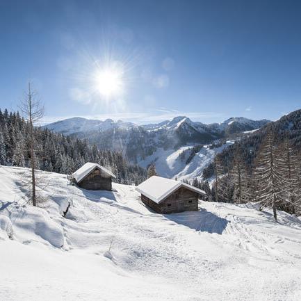Verschneite Berghuetten in Altenmarkt-Zauchensee