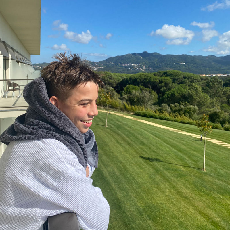 Vila Gale Sintra, Junge blickt vom Balkon Foto: © Andrea Fischer, Trips4Kids.de