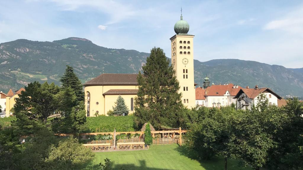 Villa Arnica Garten und Kirche