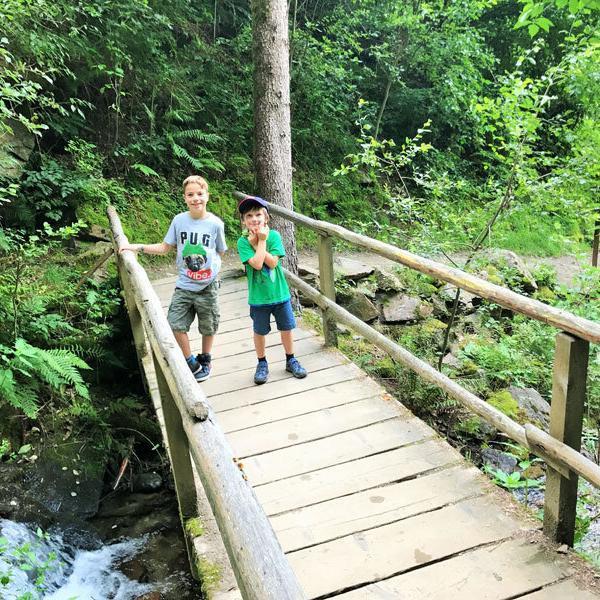 Waalwege in Schenna Kinder auf Brücke Foto: Andrea Fischer