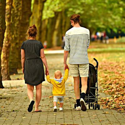 Mutter, Vater, Kind mit Buggy